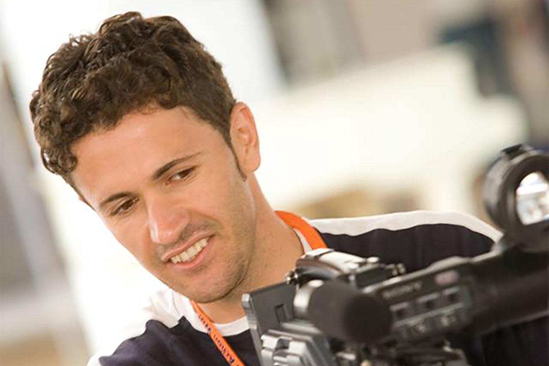 Iraqi refugee, Hogar, filming his documentary